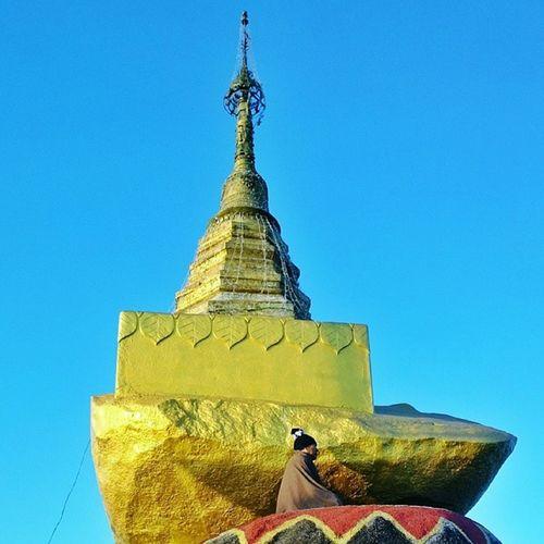 ေက်ာက္သမၺာန္ Kyeikhteeyoe Goldenrock Pagoda Myanmar igersmyanmar morning sunrise meditation zen buddhism