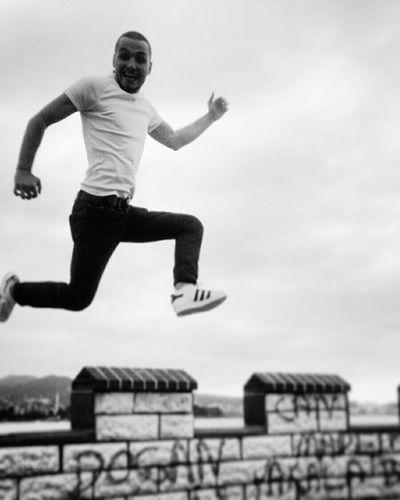 Uçabildiğimi görmüşler... Doğrudur 😉😎🎉🎊🎆🚀 EyeEm EyeEm Best Shots Bodrum Flying Pull&bear Mavi Street Photography Relaxing Like Black And White
