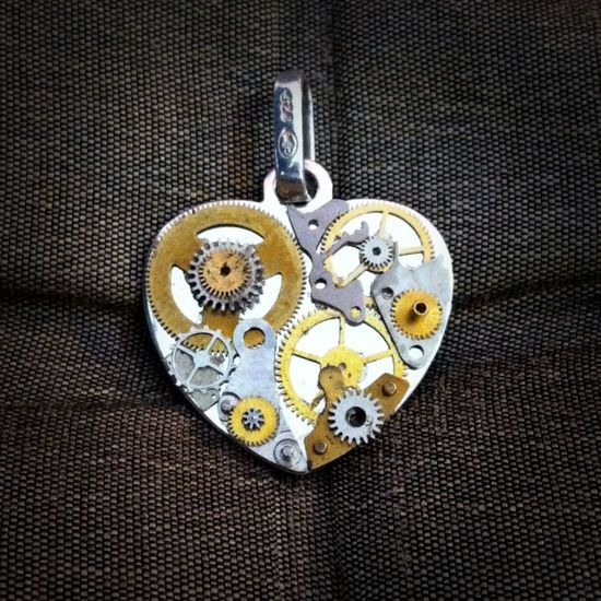 Steampunk Jewelry Design Watches L'heure de mon coeur. Handmade with parts of vintage watches. Design by Kino, Paris.