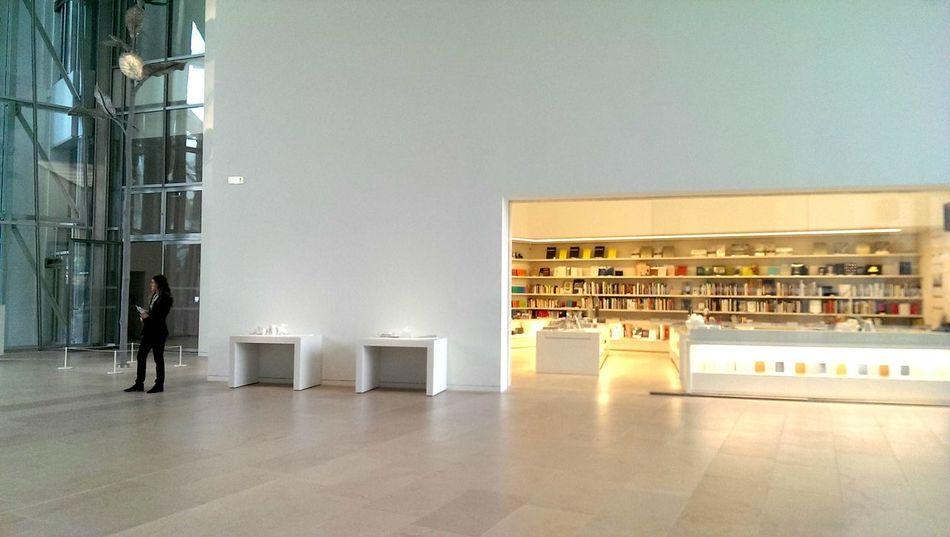 Love the minimalistic design of the fondation Louis Vuitton. Art Exhibition Open Edit Getting Inspired Minimalism White Walls Book Shop Fondation Louis Vuitton  Museum Paris