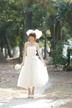 wedding 日本 結婚式 ウェディング ウェディングドレス Wedding Photography Wedding Japanese  Japan Full Length One Person Young Adult Bride Wedding Dress Wedding Young Women Tree Front View Holding Day Focus On Foreground Real People Outdoors Beautiful Woman Women One Young Woman Only Looking At Camera Smiling Happiness