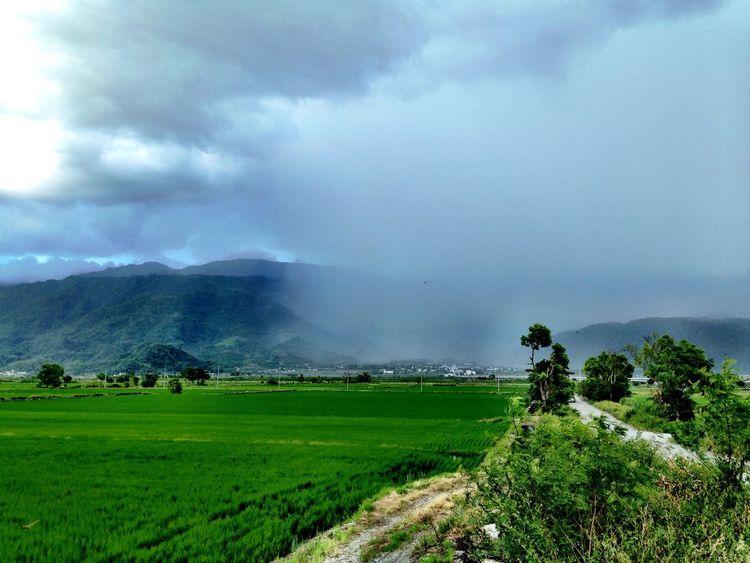 下山時一路被雨淋,從極冷到極熱,歷經洗、脫、烘三階段,遠方那團雲雨區就是赤柯山。 Clouds And Sky Rain Mountains