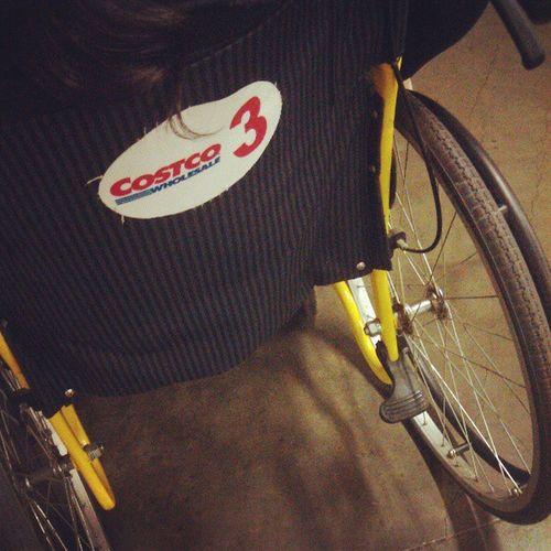 媽咪真享受!!推輪椅其實滿好玩的!! 哈哈哈~~ @bags2204 @wuxxxamy Costco Wheelchair Funny 輪椅