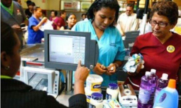 CON EL SUELDO MÁS MISERABLE DE LA REGIÓN: La Canasta Básica venezolana superó los Bs. 35 mil Apr 20, 2015 @ 6:00 pm Según cifras del CENDAS_FVM, el precio de la Canasta Básica Familiar (CBF) de marzo de 2015 fue de Bs. 35.124,45, lo cual representa un aumento de Bs. 1.364,49 (4,0%) con respecto al mes de febrero, publicaFinanzas Digital De acuerdo con esta institución, la variación anualizada de la Canasta Básica Familiar para el período marzo 2015 / marzo 2014 es 99,9%, es decir, un incremento de Bs.17.551,95 que equivalen a más de tres salarios mínimos actuales (5.622,48). Asimismo el CENDAS indica que se requieren 6.2 salarios mínimos para poder adquirir la canasta básica, para una familia de cinco miembros. Todos los rubros subieron La variación mensual de la Canasta Básica Familiar es causada por el incremento de precios de todos los grupos que la integran. En primer lugar, vestido y calzado aumentó 143,33 bolívares, al subir de 2.373,61 a 2.516,94 bolívares, como promedio mensual, 6,0%. Los alimentos subieron 1.061,46 bolívares, de 19.858,07 a 20.919,53 bolívares, 5,3%. Diez rubros de la canasta alimentaria aumentaron de precio: azúcar y sal, 17,6%; salsa y mayonesa, 13,2%; cereales y productos derivados, 7,0; frutas y hortalizas, 5,7%; carnes y sus preparados, 5,6; leche, quesos y huevos, 5,3; raíces, tubérculos y otros, 3,6%; pescados y mariscos, 2,9%; grasas y aceites, 2,7% y café, 1,6%. Los Granos no variaron de precio. La diferencia entre los precios controlados y los precios de mercado es de 406,1%. Escasez Diecisiete productos presentaron problemas de escasez: leche en polvo, sardinas enlatadas a precio regulado, pollo, carne de res, margarina, azúcar, pernil, aceite de maíz, queso blanco duro Santa Bárbara, lentejas, arroz, harina de trigo, pastas alimenticias a precio regulado, harina de maíz, café, mayonesa y queso amarillo: el 29,3% de los 58 productos que contiene la canasta. Adicionalmente, escasean otros productos básicos como: jabón de baño, det
