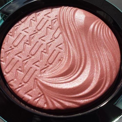 What a beauty ? @maccosmetics Mac Alluringaquatic Macalluringaquatic Limitededition extradimension extradimensionblush blush seamehearme beautyblogger blogger bblogger cosmetics beautiful beauty inlovewith nofilter
