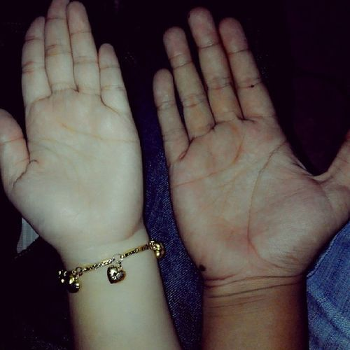 tapak tangan saye dan si die .... jauh perbezaan antara kami... TpiHatiKamiSatu