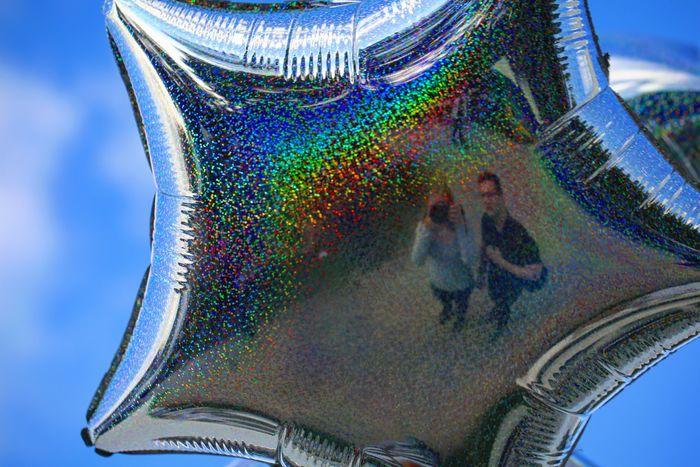 Träume sind wie Luftballons, wenn man genügend von ihnen hat, tragen sie dich überall hin! 🎈⭐ Sky Balloons Airbaloons Glitter Abstract Canonphotography Canon EOS 5D MarkIII Canon5dmarkiii Canon 100mm Canon_photos Canon5Dmk3 Close-up