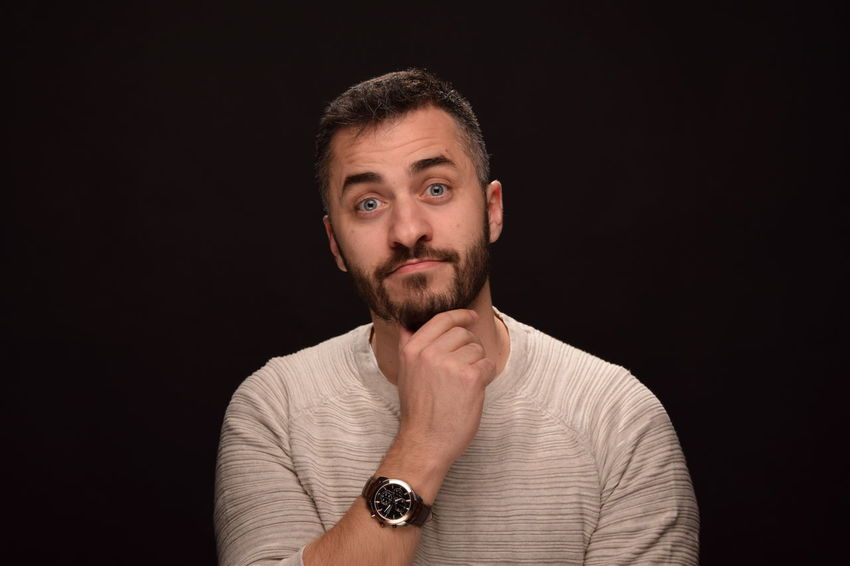 Foto studio Beard Black Background Brown Background Contemplation Front View Headshot Individuality Looking At Camera One Man Only One Person Only Men People Portrait Studio Shot Young Adult