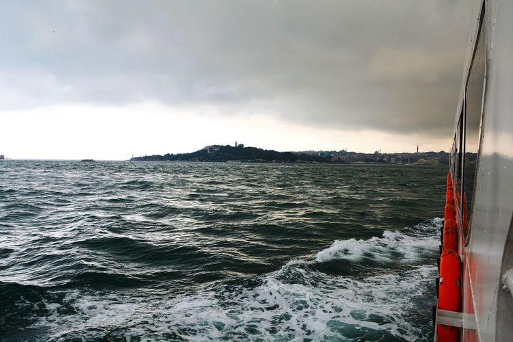 Ne de güzel boğaz turu yapmak vapurda... Ne de güzel uçsuz bucaksız denizi, gökyüzünü hatta İstanbul'u izlemek... Sea Nikonphotography Clouds And Sky Forever