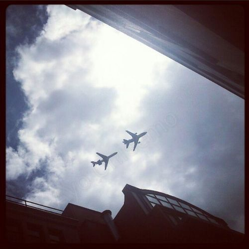 Now isn't this too close for comfort. Plane Tooclose Tocloseforcomfort Lookup Skyhigh Lordmayorsshow London Aviation Closecall Skill  Arobatics TravelTuesday Airoplane Nophotoshopneeded Trueevents Throw back collection No3