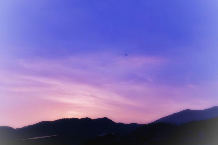 夕焼け 夕陽 山 日暮れ Mountain Sunset Nature 空 いま空 青空 Dusk Dusk Sky Beauty In Nature Sky Bird Mountain Range Silhouette EyeEm Nature Lover EyeEm Best Shots グラデーション Gradation イマソラ Forest Nature Landscape