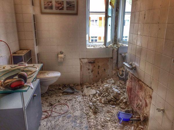 Badsanierung Bathroom Renovation Fliesen STAUB Dust Lärm Schmutzig Handwerk