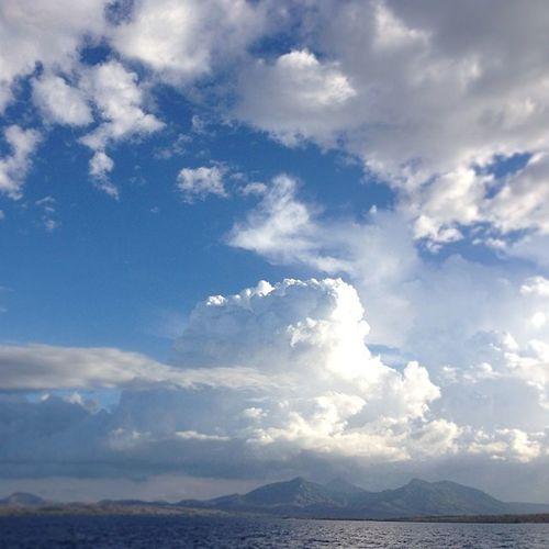 سبحان من شكل هذه السحب، كأنها جبال فوق جبال!.روعة_المنظر سحب جبال جزيرة clouds bali menjangan indonesia island
