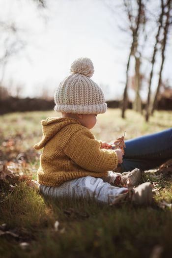 Bloom Yellow Knit Hat Daughter Hat Field Clothing Winter Warm Clothing Lifestyles Rear View Outdoors Innocence Leisure Activity Real People Nature Positive Emotion Family With One Child Family Matters Enjoying Life Mother & Daughter Love Autumn