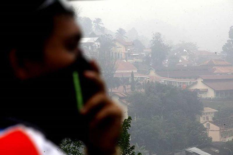 Kualitas udara di kota sawahlunto sudah mendekati level berbahaya akibat kabut asap. Sawahlunto Sumatrabarat Kabutasap Daruratasap Kebakaranhutan Asapkiriman INDONESIA