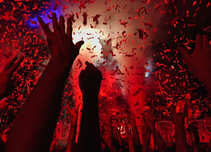 Let me see you hold up your salute to the sky // Sum 41 // 17.01.2017 Human Hand Red Real People Arms Raised Human Body Part Nightlife Arts Culture And Entertainment Confetti Night Human Arm Crowd Event Hand Raised Illuminated Celebration Leisure Activity Indoors  Performance Large Group Of People Nightclub Concert Sommergefühle