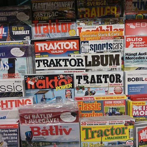 """Как минимум, 7 журналов со словом """"трактор"""" в названии продаются в Норвегии. Полистал: действительно про обычные трактора! Дядьки с любимыми тракторами и даже дамы. Любят здесь трактора!"""