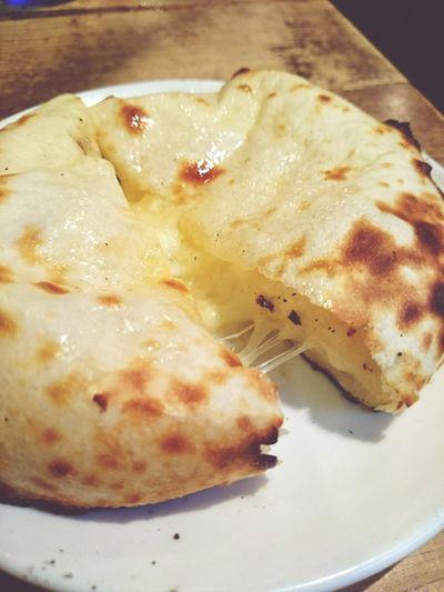 チーズクルチャ来たーー。たっぷりチーズに程よ良くガーリックが効いてて美味しい!