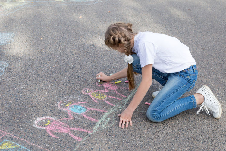 children draw in crayon on asphalt Happiness Friendship Doodle Sketching Game Chalking Pavement Colorful Activity Creative Playground Happy Lifestyle Playing Coloring Painting Leisure Activity Leisure Education Artist House Cute Play People Image Draw Art Outside Street Sidewalk Hand Color Fun Outdoor Day Summer Crayons Children Family Chalk Drawing Asphalt Creativity Child Childhood Copy Space Copyspace Girl Teenager Teen
