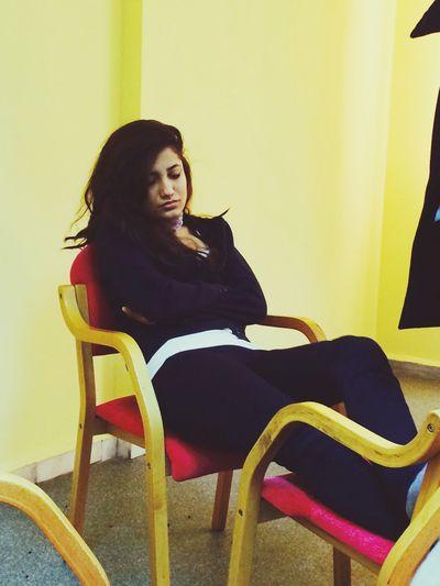 Kütüphanede uyuyan birileri varsa rahatsız etmemeyi öğrenmeli insan ?