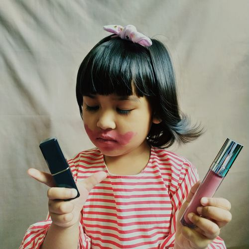 A toddler play with make up