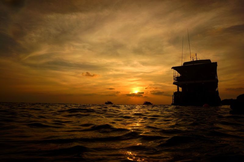 Sea Sea And Sky Boat Boat Dive Before Sunset Sunset Sun Sea In Thailand