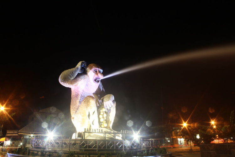 Bakantan statue In Banjarmasin Monument Statue Bakantan Banjarmasin Banjarmasinbungas BanjarmasinCity Banjarmasinpunya Lowlight City Illuminated Performance Arts Culture And Entertainment Spraying Crowd Nightlife Stage - Performance Space National Monument Stage Light