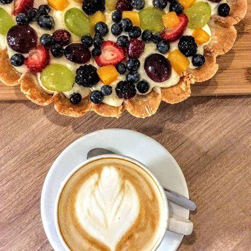 Zastanawiacie się jak osłodzić sobie dzisiejszy dzień? Może zacznijcie od kawy łączącej w sobie słodycz Brazylii, owocowość Kolumbii oraz mleczne nuty Gwatemali. Perfekcyjnie wyważona, daje doskonały kremowy napar o lekkiej końcowej kwasowości. Do tego doskonałym dodatkiem będzie tarta owocowa. Doskonały duet !!! Znajdziecie nas w Rzeszowie ul. Kościuszki 3 w podwórzu. Rzeszów Rzeszów Coffee Coffeetime Barista Mobilnakawiarnia Kawa Instamood Instagood Instalove Instacoffee Igersrzeszow Kawarzeszowska Coffebreak Coffeetogo Coffeelove Love Photooftheday Happy Bestoftheday Instamood Herbata Kawasamasięniezrobi Kawarzeszowska Kawiarnia tarta słodatarta jagodowa tartaowocowa owocowatarta sweet