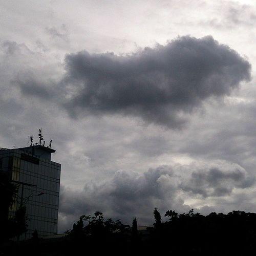 """Cloudly Jakarta"" Fotograferamatir Sonyxperiaz Landscape Potoaingkumahaaing Jakarta"