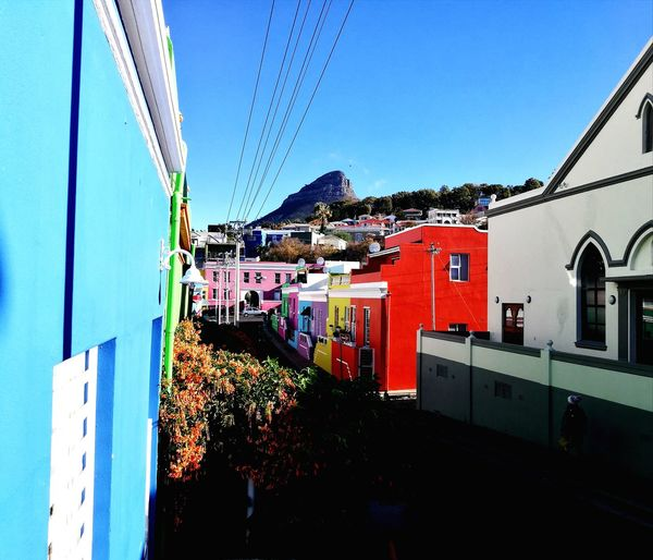 One of the oldest and colorful residential areas in Cape Town: Bo Kaap ❤️🇿🇦 Mountain Building Exterior House Architecture Built Structure Outdoors Residential Building Lifestyles Photoshoot Travel Photography Scenics Photooftheday Igerssouthafrica Capetowntrip Capetown 🇿🇦 Igerscapetown Capetown Travel Destinations Tourism Travel Adventure Vacations Color Explosion Color Photography Devils Peak