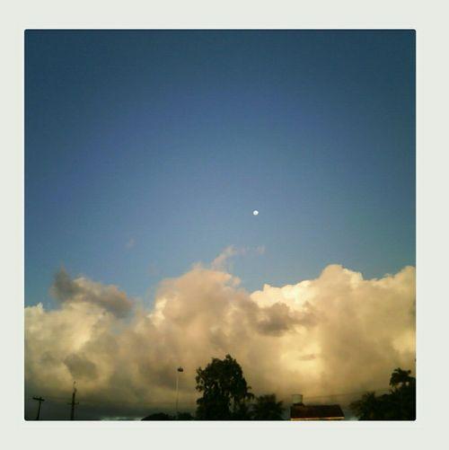 Luar entre nuvens