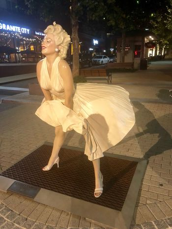 Marilyn Monroe HUAWEI Photo Award: After Dark Nightlife In The City Sightseeing One Person Full Length Night Leisure Activity Lifestyles Women Street Arts Culture And Entertainment City Illuminated Females HUAWEI Photo Award: After Dark Nightlife In The City Sightseeing One Person Full Length Night Leisure Activity Lifestyles Women Street Arts Culture And Entertainment City Illuminated Females
