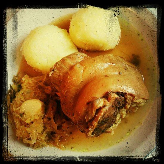 Fettes Eisbein für ein fettes Neues Jahr, Thüringer Klöße damit der Rubel rollt und Sauerkraut was lustig macht