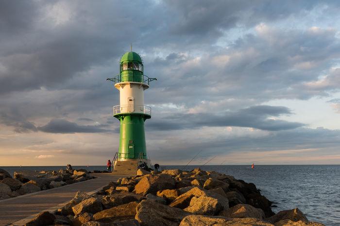 Deutschland Hafeneinfahrt Himmel Leuchtfeuer Marítim Warnemünde Westmole Wolken Horizont  Nachmittag