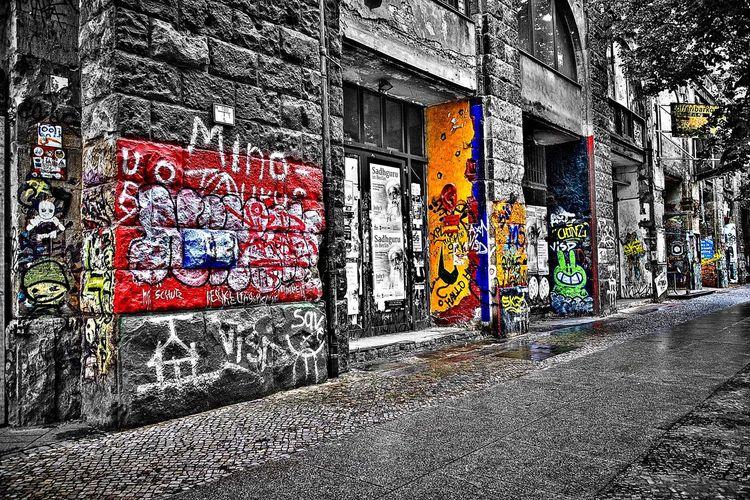 Dessin de Rue ... Street City Multi Colored Building Exterior Streetphotography Streetart Artderue Dessin Noiretblancetcouleur Lifestyles