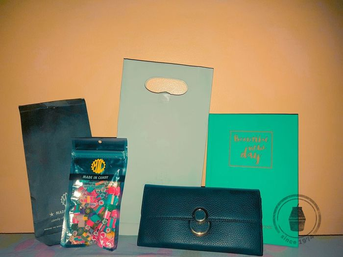 HAVE BEAUTIFUL NEW DAY WITH SWEET CANDY AND SOME MONEY. Wallet Simple 아름다움 노트 수제 사탕 사탕🍬🍭 민트 지갑 돈 인생 Gift Beautiful Beautiful Day New Life Candy Handmade Candy Money Colored Background Picture Frame Still Life Pastry Instant Camera Photo Album Camera Film Frame First Eyeem Photo