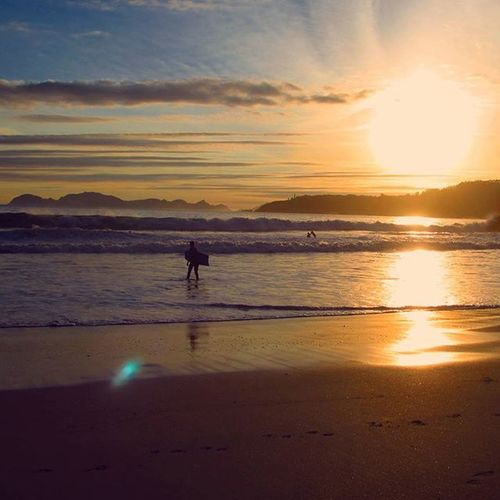 🌅La vida no se mide en minutos, se mide en momentos. 🌊 Bayarea Barrabeach WestCoast Surfplaces Freedomsense Sunset Galifornia Galiciacalidade Paradise Beautifulplaces Zen Meetgalifornia Skycolor Riasbaixas Beach Marineworld Coast