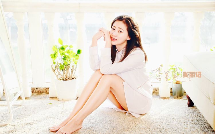 Classical Beauty Sitting One Person Young Adult Only Women One Woman Only One Young Woman Only Beautiful Woman Indoors  Adults Only Home Interior Adult Flower Young Women Beauty Women People Lifestyles Day Full Length Human Body Part Fashion Model Beautiful People Portrait Looking At Camera