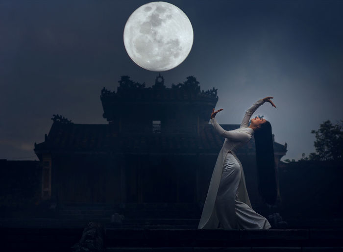 Adult Adults Only Full Length Moon Night One Person One Woman Only One Young Woman Only Only Women Outdoors People Statue