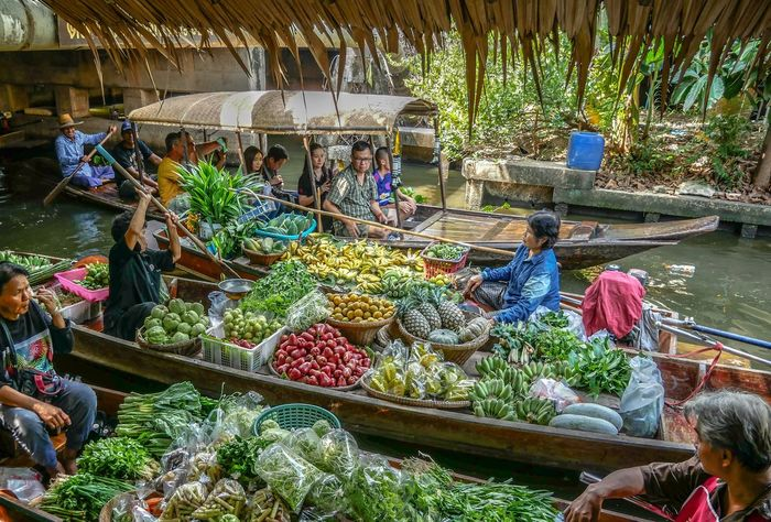 Vegetable Business Market Stall Selling Market Freshness Market Vendor Real People Retail  Food Food And Drink Street Market Occupation Fruit Small Business Consumerism Women Large Group Of People Buying Healthy Eating Floating Market Thailand