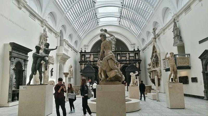 People Crowd Indoors  Victoria And Albert Museum England🇬🇧 Sculptures