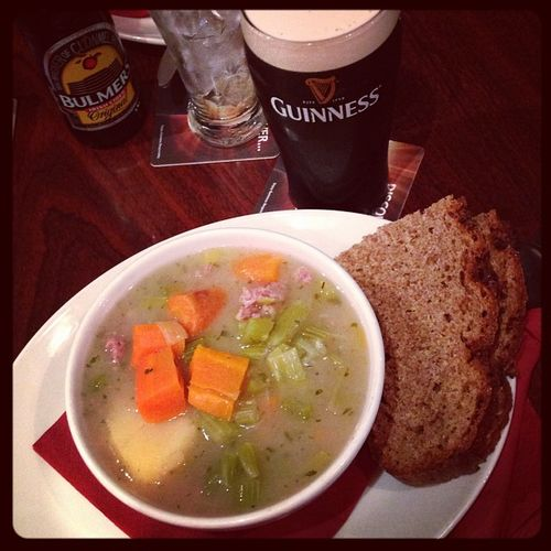 Tradiditional lunch: Irish Stew with a pint of Guinness... #tbex Stew Instafood Beer Cidre Lunch Brot Travelblog Travelblogger Food Bulmers Essen Lovedublin Pub Tbex Travel Dublin Guinness Sinnotts Bier Irishstew Cider Sinnotsbar Foodporn Reisen