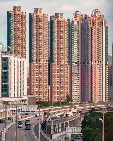 Take pictures of the highway with high-rise buildings on the footbridge