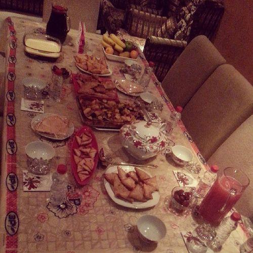 السفرة المائدة الرمضانية فطور اكل سمبوسة فيمتو ههه رمضان كريم مبارك
