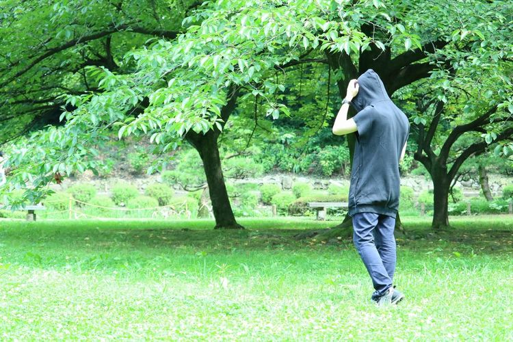 後ろ姿 ポートレート Portrait Appearance From Behind 爽やか Nature Tokyo Spot Tree Full Length Men Rear View Walking Field Grass Green Color Green Grassland Greenery Park - Man Made Space The Portraitist - 2018 EyeEm Awards