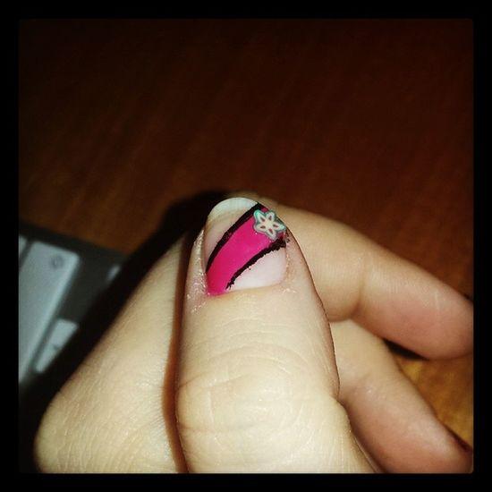 Quando uno non ha nulla da fare, fa cazzate alle proprie Unghie Tipo me, che non avendo nemmeno il giusto kit, mi sono fatta questo Smalto improvvisato, utilizzando Eyeliner degli occhi, per fare le strisce nere. Sono assolutamente Fuoriditesta unghie nails fuxia rosa nails varnish image photo instaphoto instagram igersitalia