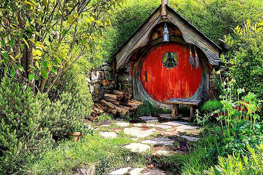 One of the many hobbit holes in Hobbiton. Hobbiton is huge and according to the guide, you can enter every hobbit hole. Some are used to store gardening equipments now. NZ Nzmustdo Hobbiton Canon Canon760D Travel Superhubs_souls Worldshotz