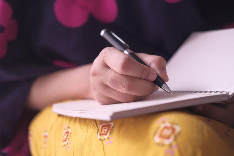 Women hand writing on notepad