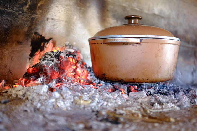 cocinando olla al fuego Olla Olla A Las Brasas Cocinar Fuego Burning Fire Heat - Temperature Fire - Natural Phenomenon Flame Preparation  Kitchen Utensil Close-up No People Household Equipment Metal Container Appliance Selective Focus Day Food Still Life Food And Drink Log Indoors  Preparing Food