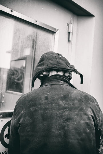 Working man Rear View Real People Building Exterior One Person Day Outdoors Hood - Clothing Warm Clothing Taking Photos Working Fujifilm X100f Fujifilm X100f Blackandwhite Svartvitt Dingle Sweden EyeEm Black&white! Eyeem Sweden Jobb Mössa Door Dörr Fujilove Clothing